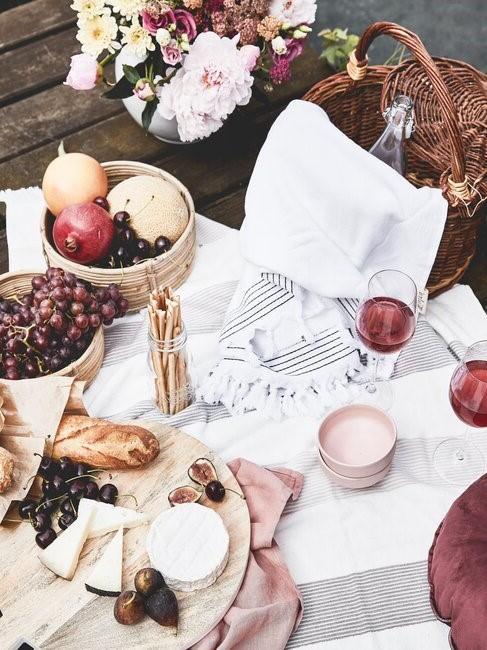 buitentafel met een wit kleed en eten