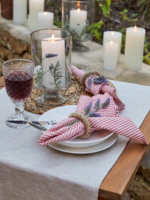 gedekte tafel met lavendel