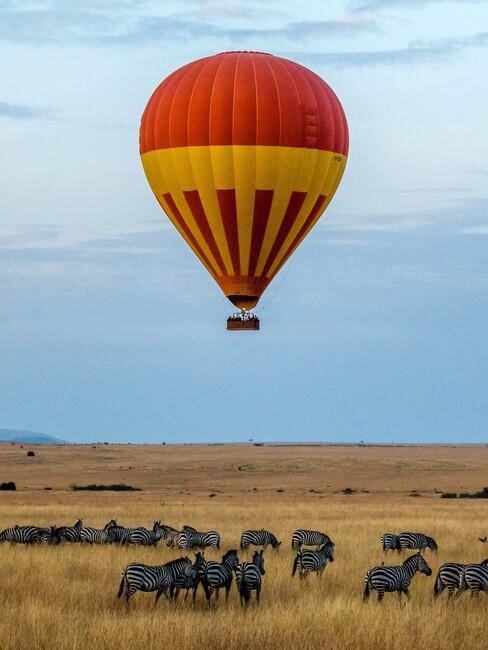 rode luchtballon in Afrika