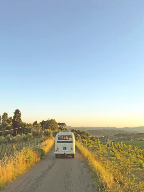 volkswagenbusje op een weg