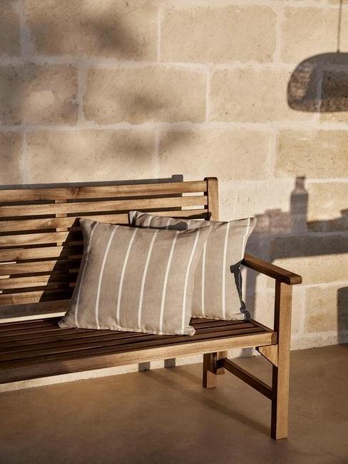 houten bankje met kussens
