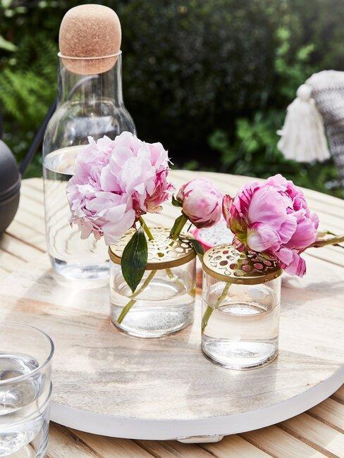 roze bloemen op een tafel