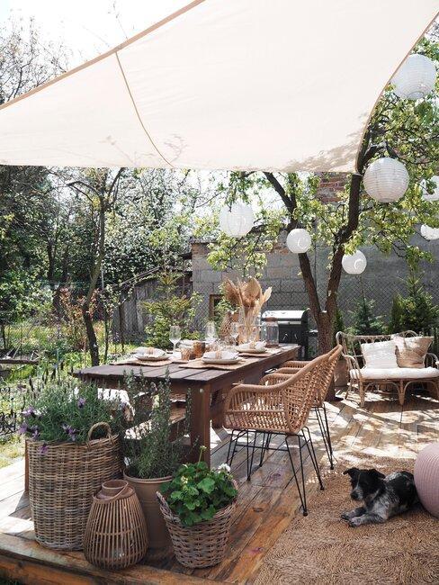 achtertuin met accessoires en zonnedoek