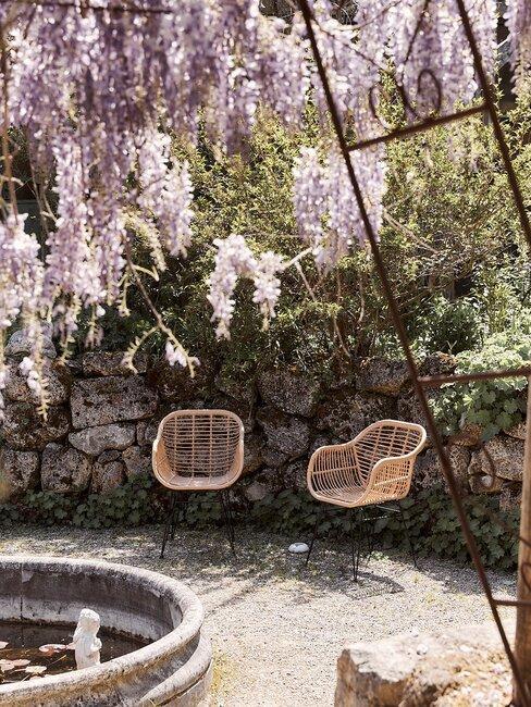 twee rotan stoelen en fontein
