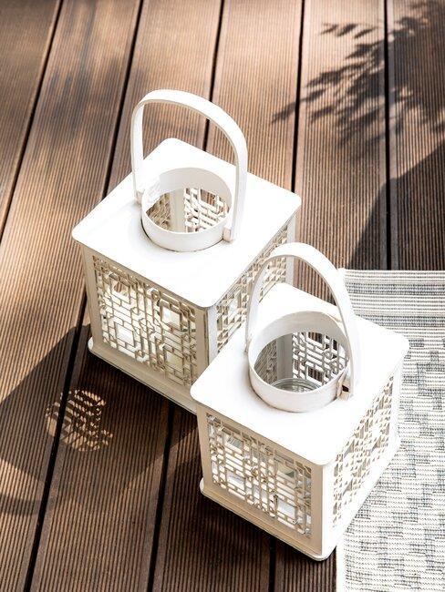 twee lantaarntjes op houten vlonder