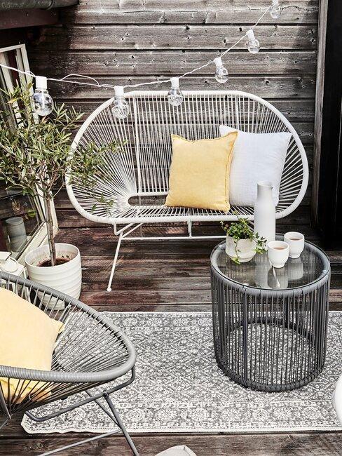 wit bankje op balkon met outdoor kleed