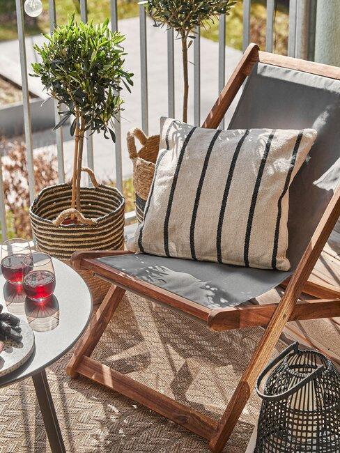 balkon met vloerkleed en houten stoel