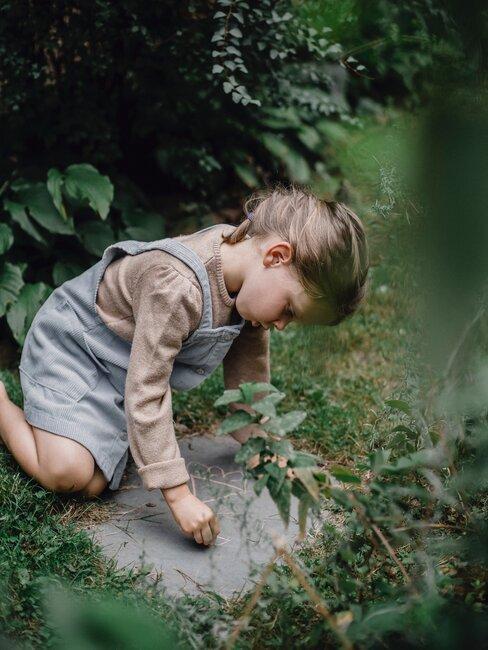 meisje brengt krijt aan op een steen