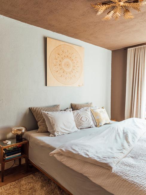 beige slaapkamer met gouden lamp