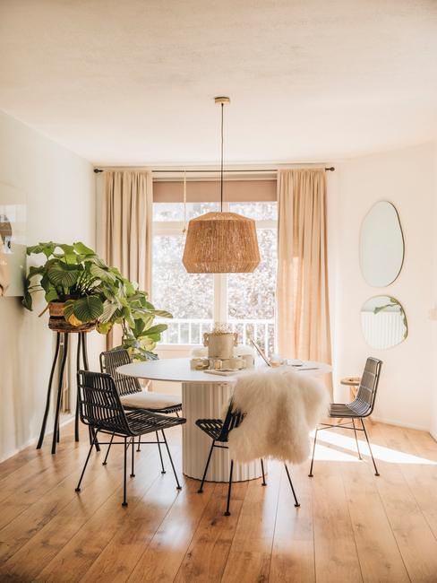 witte eetafel met zwarte stoelen