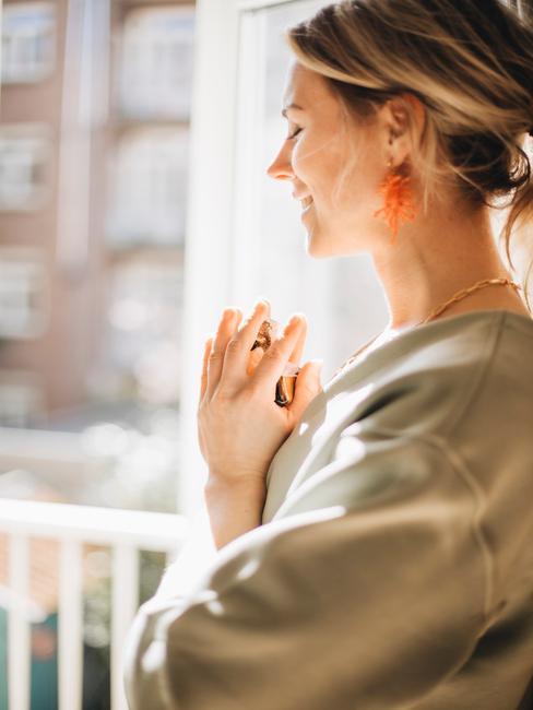 vrouw die mediteerd