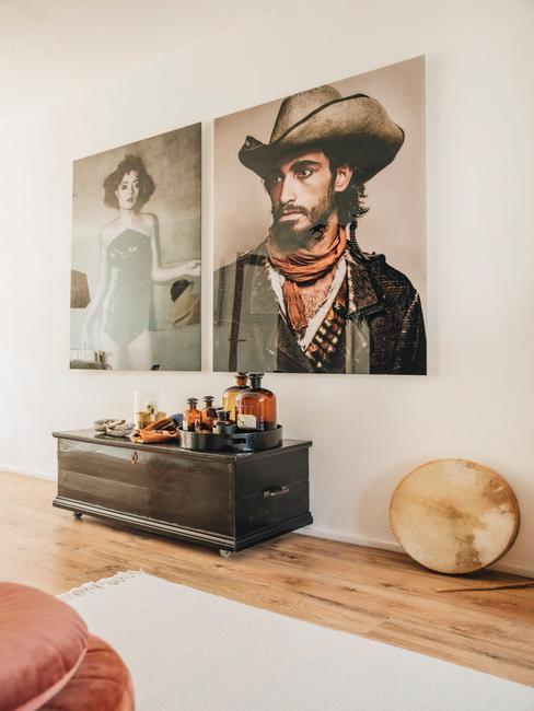 houten vloer met houten kist en 2 oude portretten