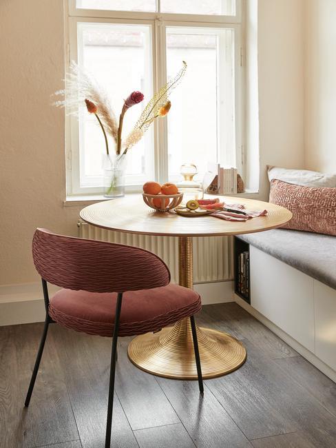 rode stoel met gouden ronde tafel