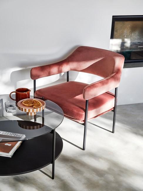 rode stoel met zwarte poten