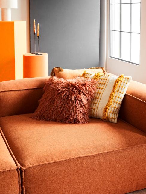 oranje bank met oranje sierkussens