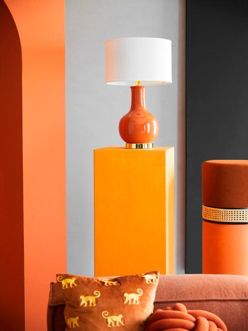 oranje lamp met witte kap