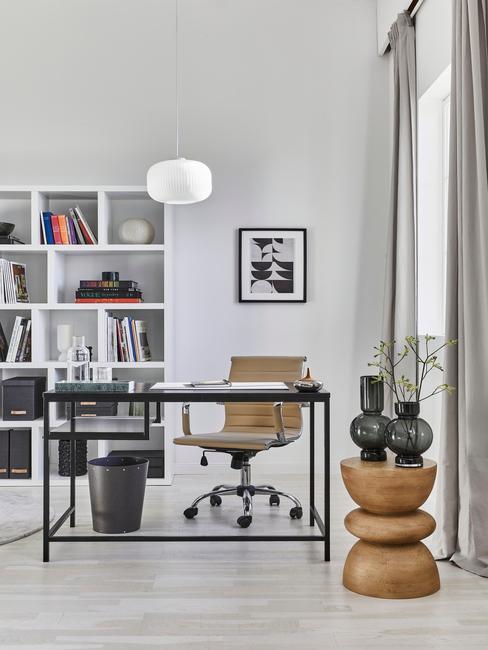zwart bureau met gele bureaustoel