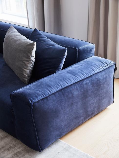 donkerblauwe bank met grijze vloerkleed