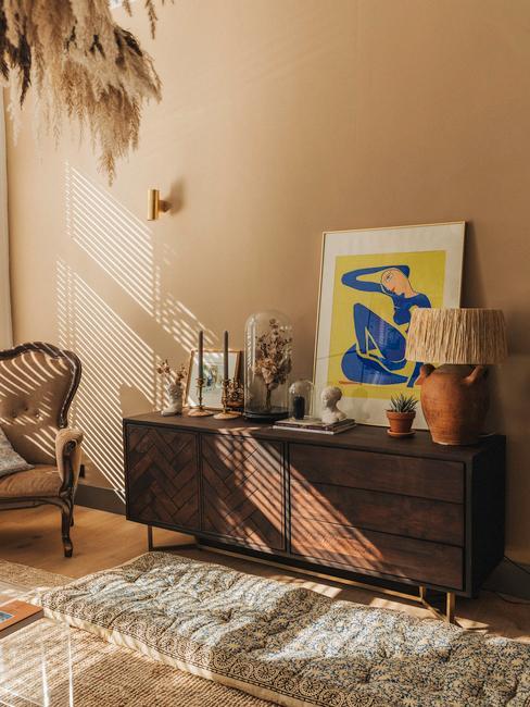 beige muur met vintage kleed en houten televisie meubel