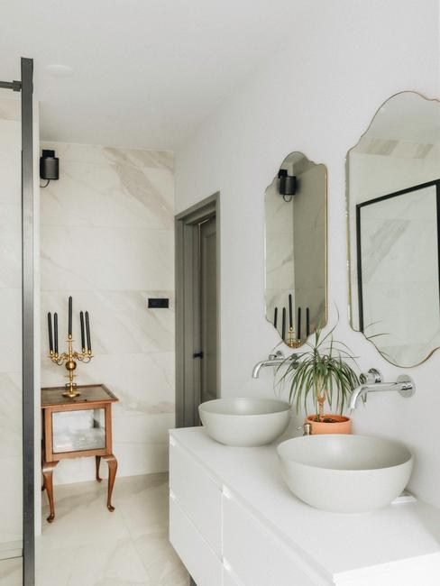 Wit badkamer meubel met twee witte wasbakken