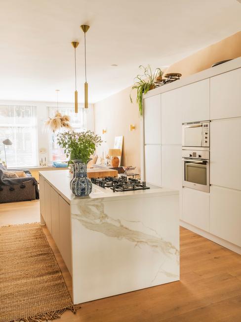 witte keuken met marmeren aanrechtblad