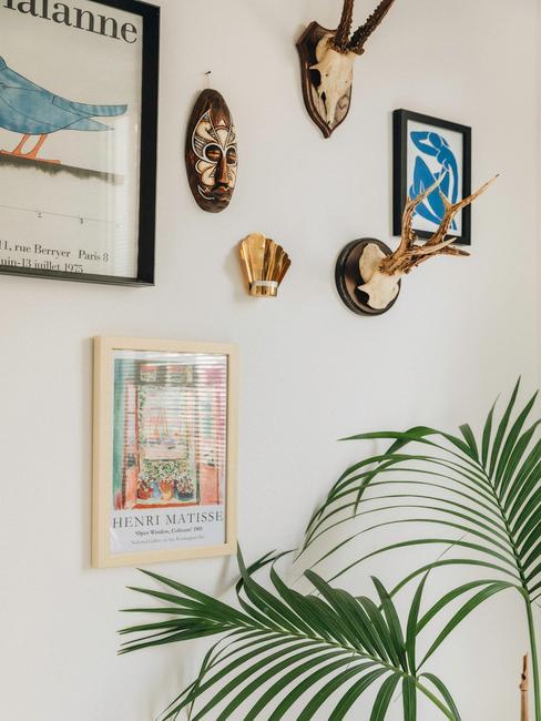 witte muur met fotolijsten en wanddecoratie