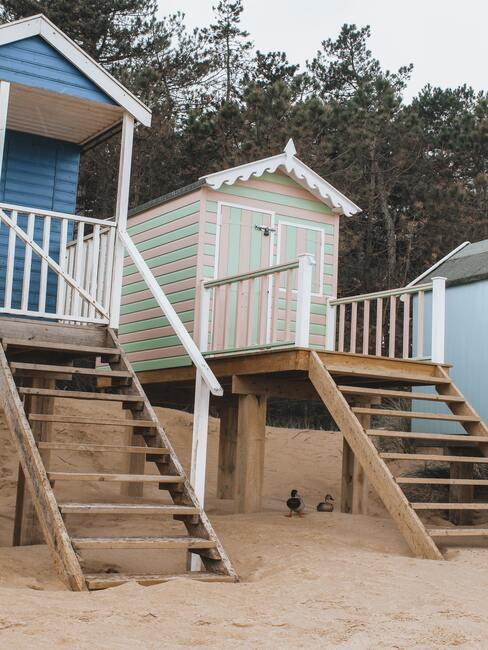 witte en blauwe huisjes op het strand