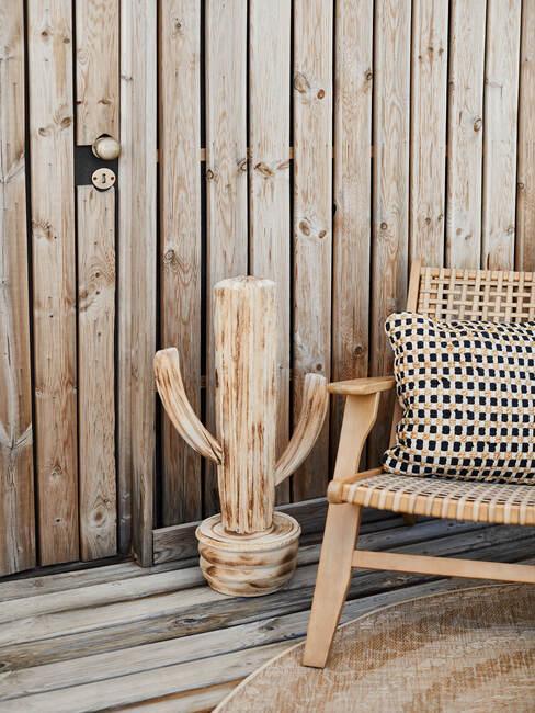 houten stoel met houten muur