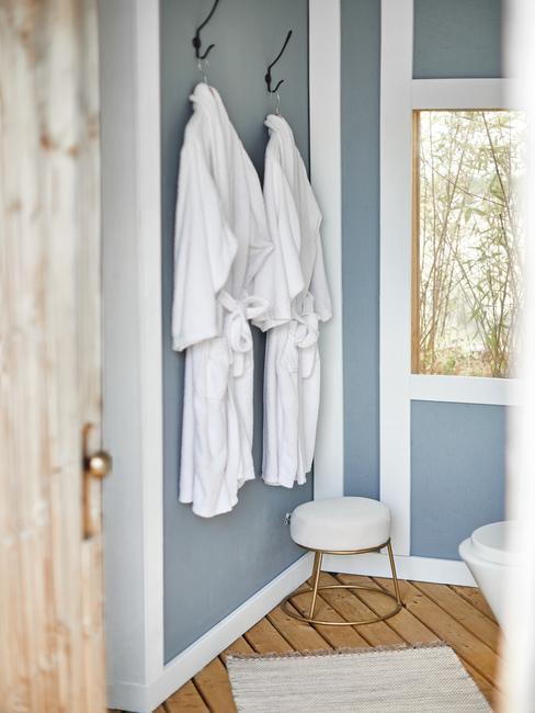 blauwe muur met witte badjassen