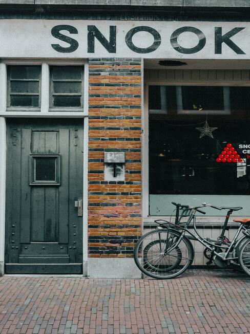 fietsen voor een huis met een grijze deur