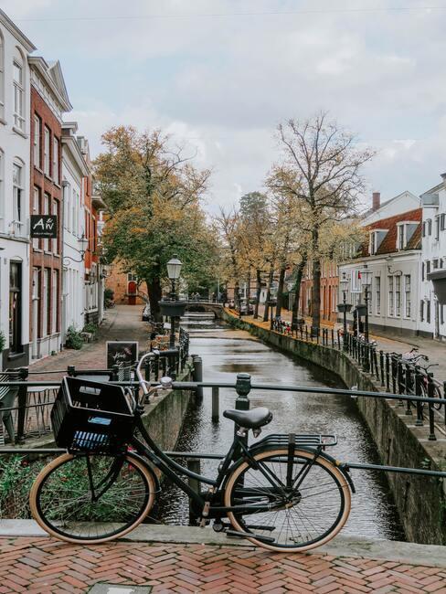 fiets aan de gracht van amsterdam
