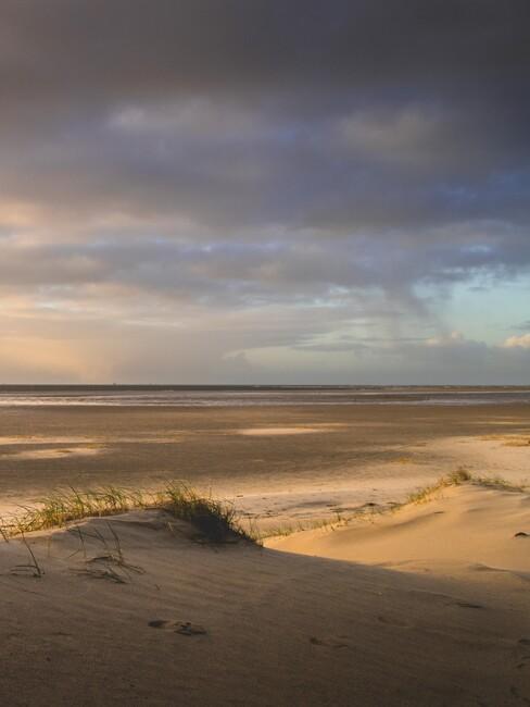strand met donkere wolken