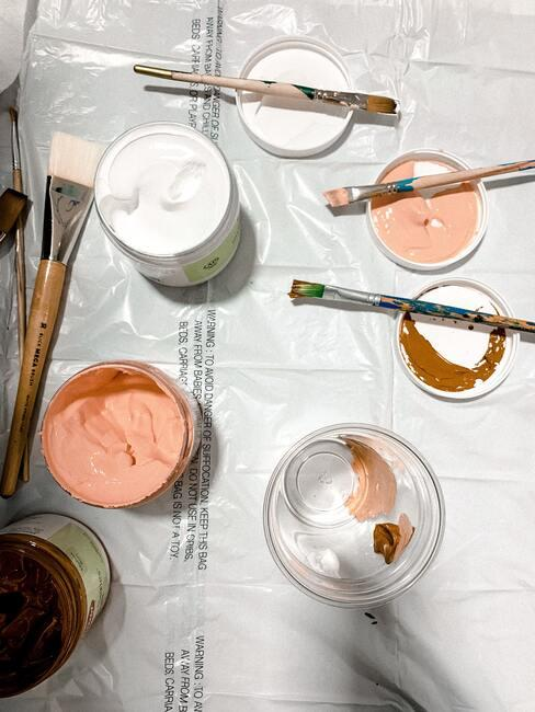 roze en witte verf met kwasten