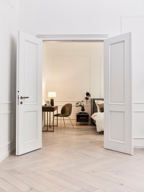witte openslaande deuren met een lichte vissengraat vloer