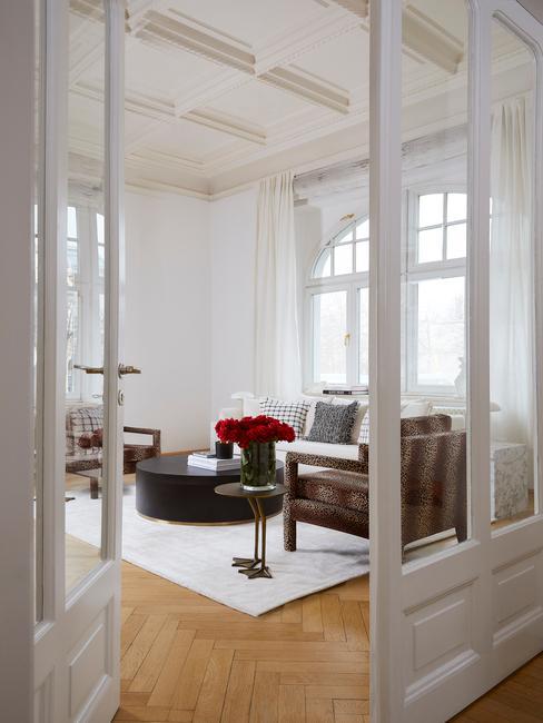 witte openslaande deuren naar de woonkamer