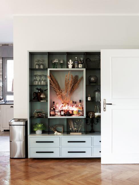 witte deur met een groene inbouwkast