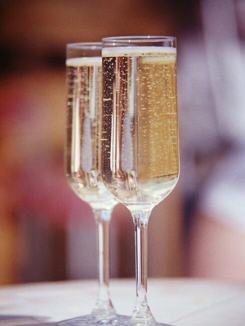 twee champagne glazen