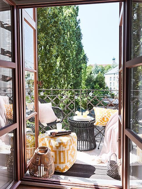 bruine openslaande deuren met zwarte balkon set