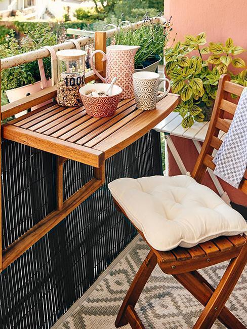 houten balkonset met roze servies