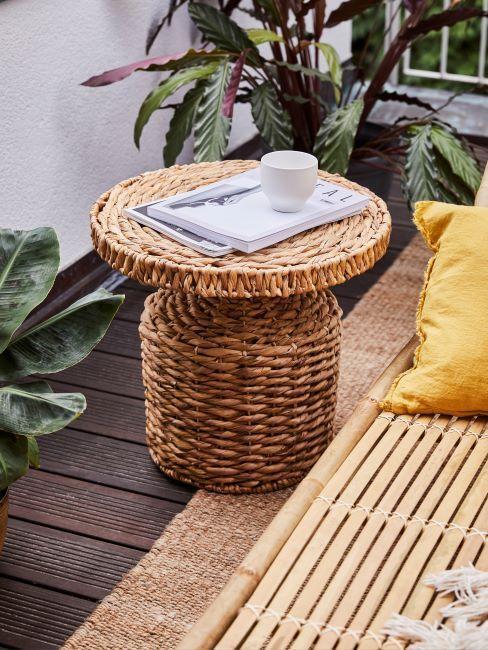 rieten tafel op een houten balkonvloer