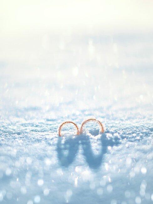 twee trouwringen in de sneeuw