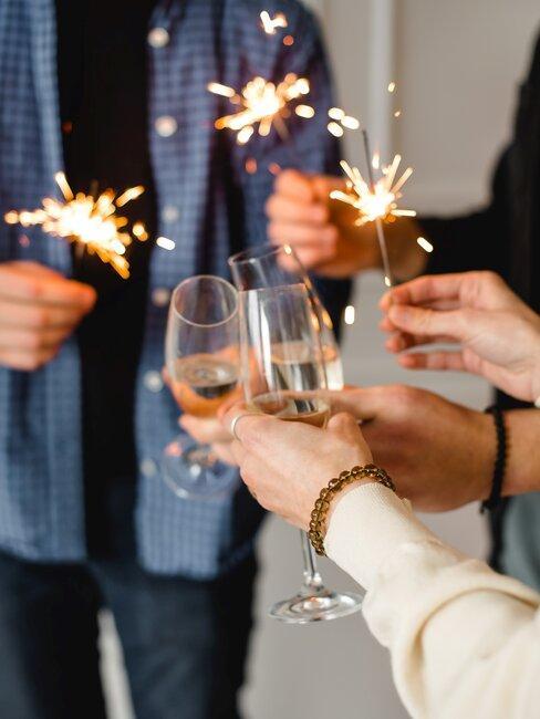 champagne glazen en vuurwerk