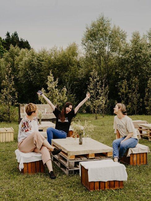 vrouwen die buiten op een loungeset zitten
