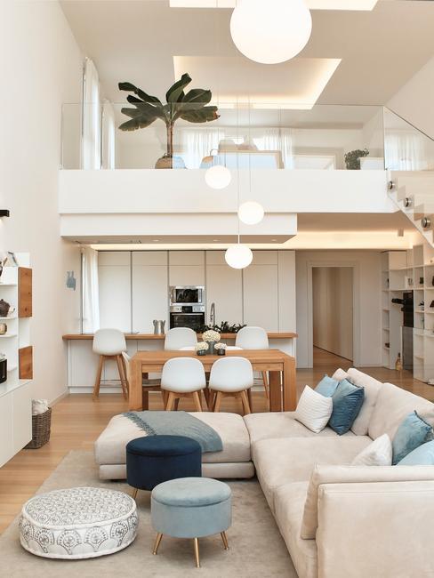 witte keuken met witte barkrukken
