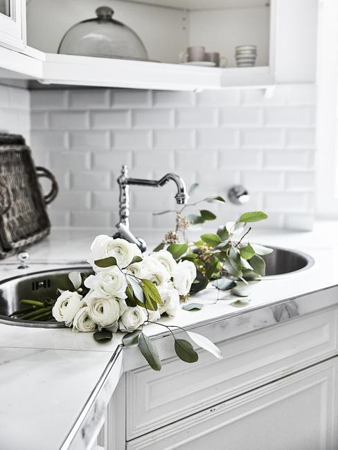 witte keuken met witte bloemen