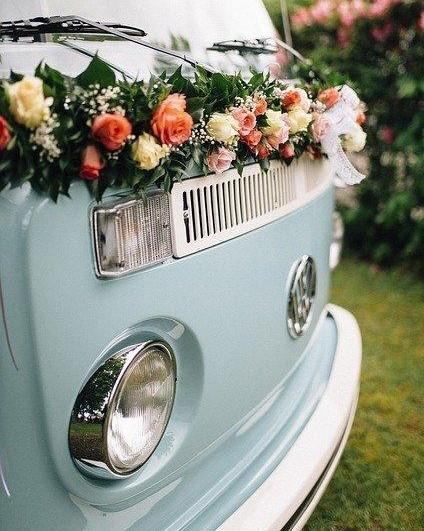blauwe bus versierd met bloemen