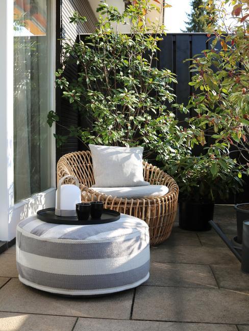 ronde buitenstoel met grijs wit vloerkussen