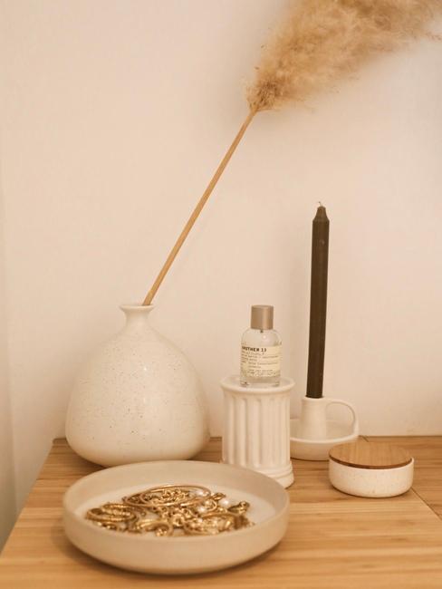 houten blad met witte vazen