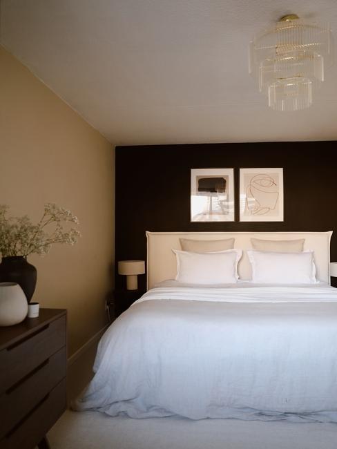 wit bed met een zwarte muur