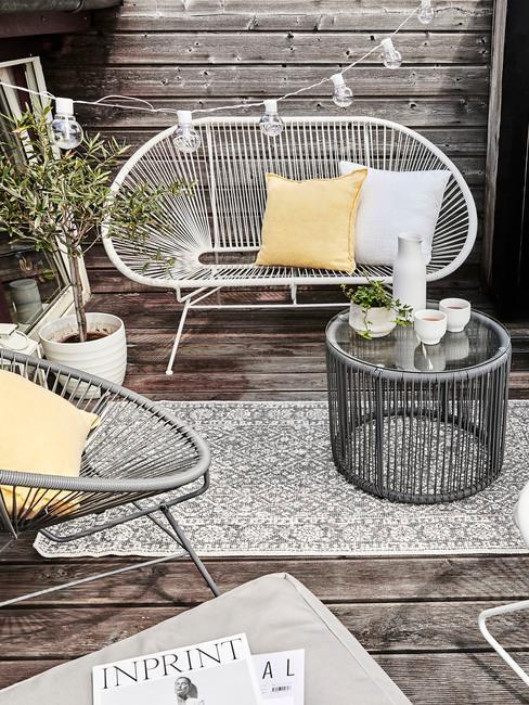 witte bank met grijze stoel